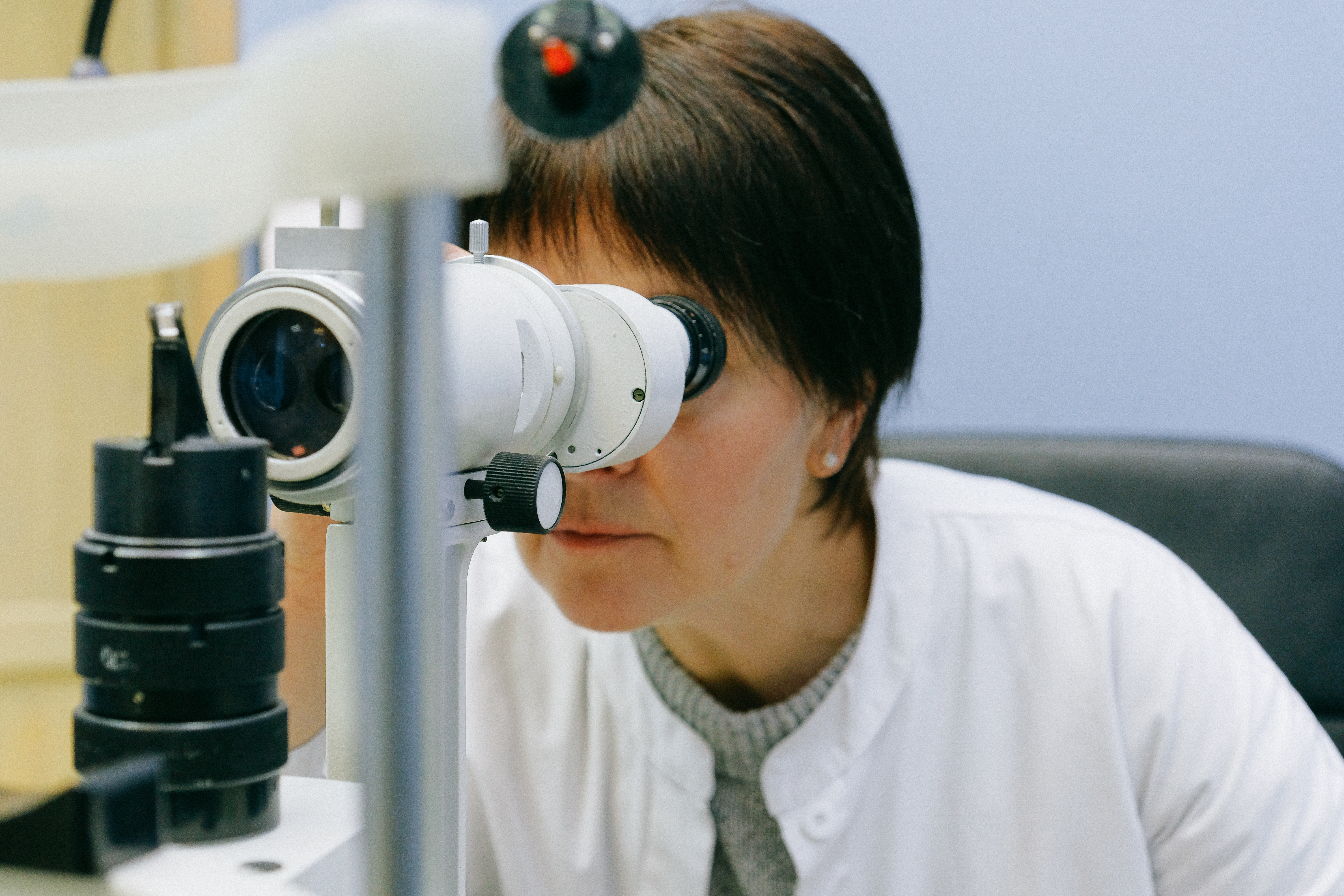 scientist with microtiter plates