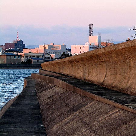 Ocean Science fair project <B>Figure 1.</B> Tsunami wall at Tsu, Japan (Image Courtesy of ChrisO Wikimedia Commons, 2005)