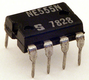 Photograph of a 555 timer chip.