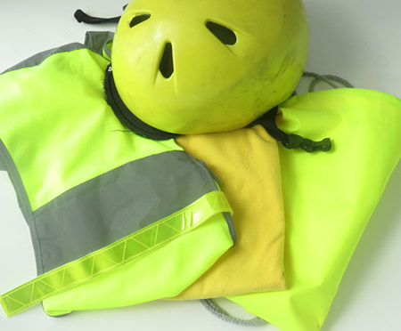 Bright yellow garments, yellow fluorescent garment and a safety vest equipped with retro-reflective stripes can increase the visibility of pedestrians.